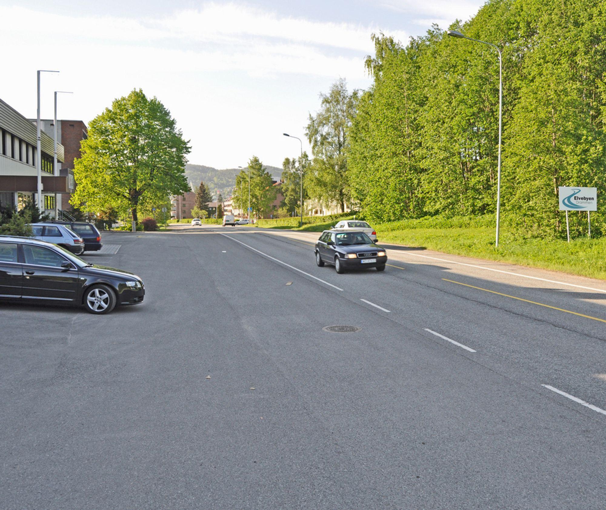 Vestsiden av Holmestrandveien bærer preg av minimal omtanke for myke trafikanter. Noen steder går parkeringsplasser og industriområder i ett med kjørebanen. I september neste år blir det mye bedre.