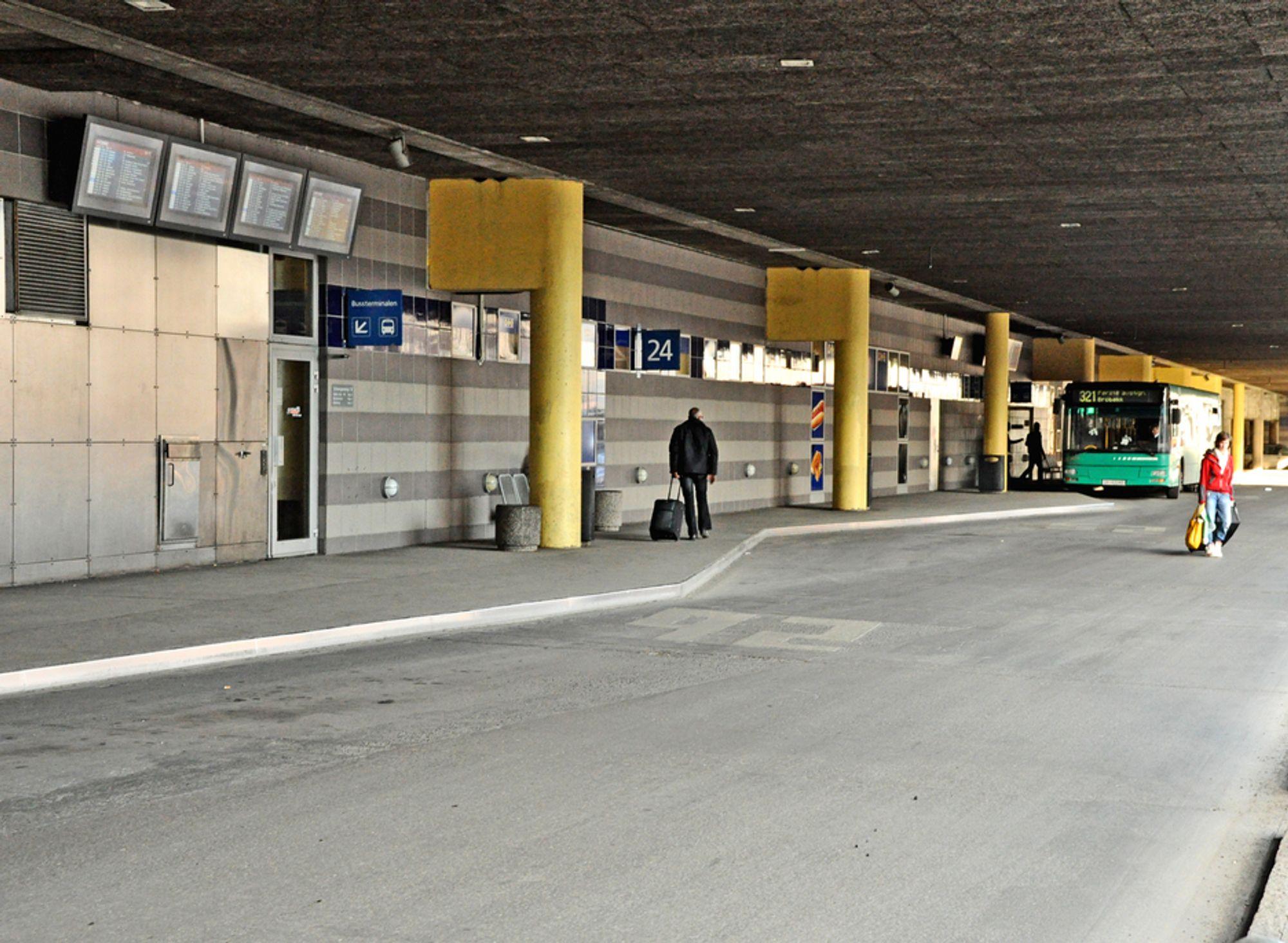 Den kalde og avvisende veggen som møter busspassasjerene i dag, blir erstattet med glassfasader. Ombyggingen av terminalen skal være ferdig i løpet av februar neste år.