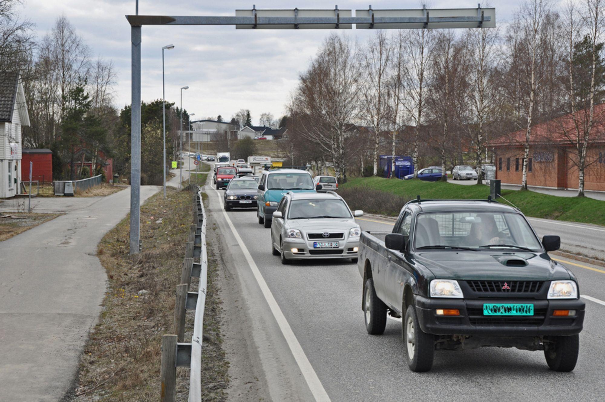 For innbyggerne i Spydeberg er gjennomgangstrafikken en betydelig belastning. 1. oktober neste år blir trafikken flyttet langt vekk når en ny parsell på E 18 tas i bruk. Den er det mange som vil bygge. (Foto: Anders Haakonsen)