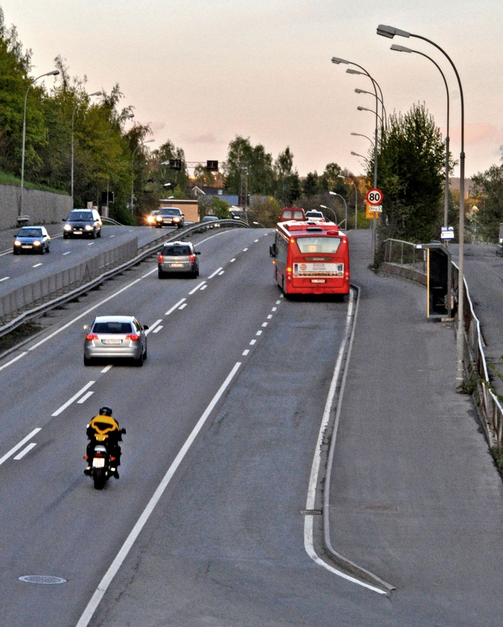 Inntil videre må bussene dele kjørebanen med andre kjøretøyer etter at de har forlatt Nydalen holdeplass. Når ombyggingen er ferdig, kan de fortsette rett fram der fortauet går i dag.