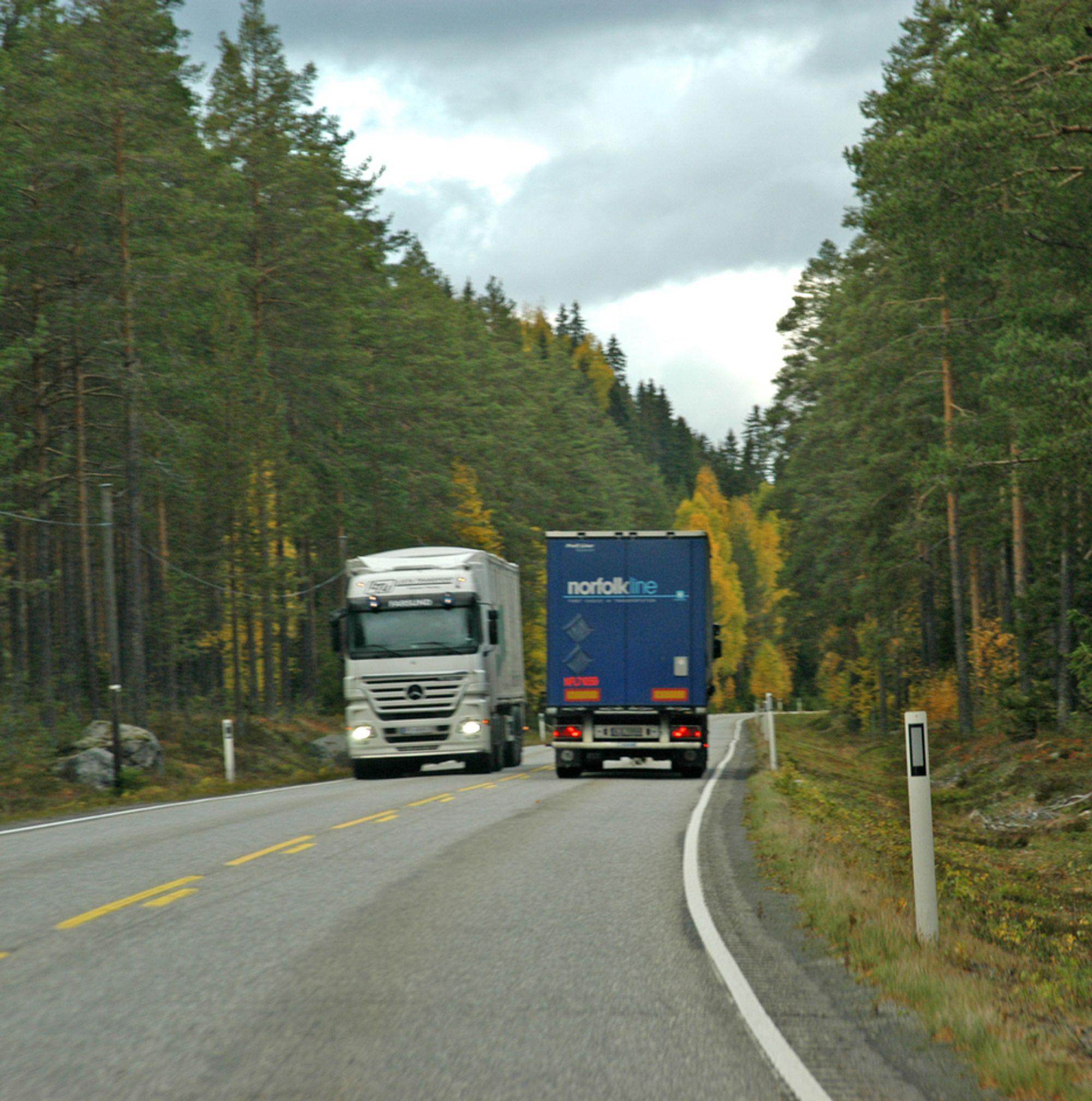 Topografien i Østerdalen er ikke spesielt vanskelig, men riksveg 3 er så smal mange steder at to lastebiler som passerer hverandre, opptar det meste av vegbredden.