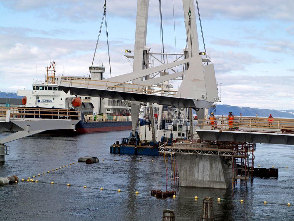 Flytekranen «Eide Lift» monterer det 184 tonn tunge klaffespennet på Pirbrua. 2. juli skal brua åpnes. (Foto: Leif Arne Hafstad, Statens vegvesen)