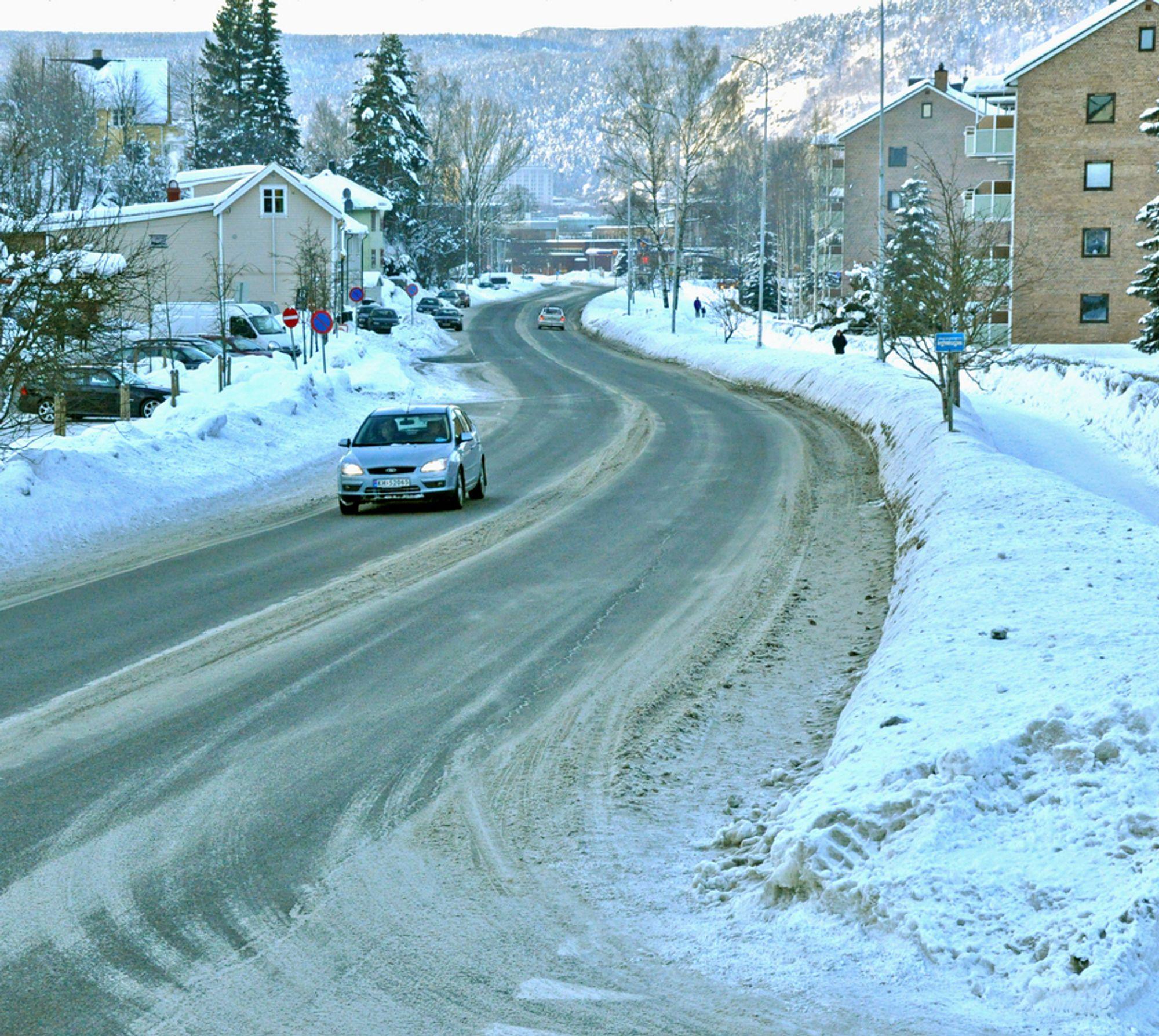 Selv på en snørik vinterdag er forholdene for fotgjengere akseptable på høyre side av Holmestradveien. På venstre side er de håpløse. Nå skal det rettes på, anbudsfristen går ut 26. mai.
