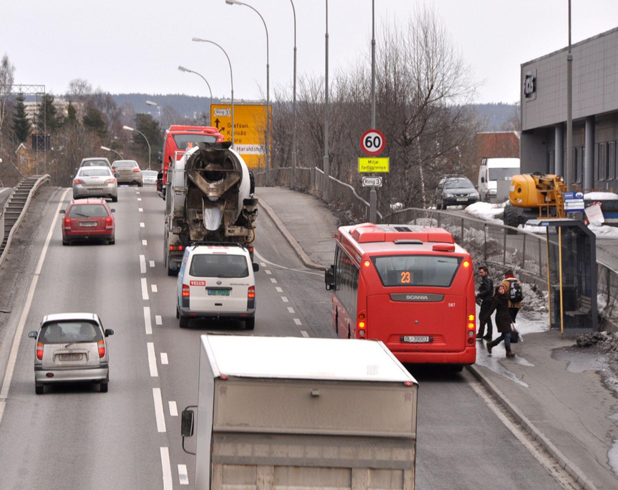Når bussen har sluppet av passasjerer på holdeplassen i Nydalen må den stille seg i køen på Ring 3 sammen med bilene. Etter at den nye gang/sykkelvegen bak Forbrukerrådets bygning til høyre er ferdig, kan fortauet bygges om til kollektivfelt, og bussen kan fortsette uhindret rett fram.