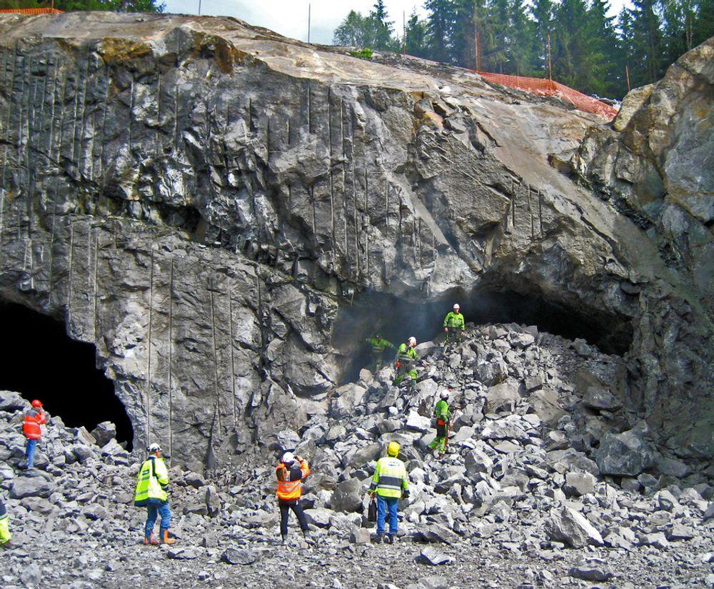 I juli 2007 gikk de siste salvene i de to løpene i Romsåsen tunnel. Etter at rensk og fjellsikring ble avsluttet ble det stille i tunnelen lenge. Nå skal Skanska fullføre jobben.