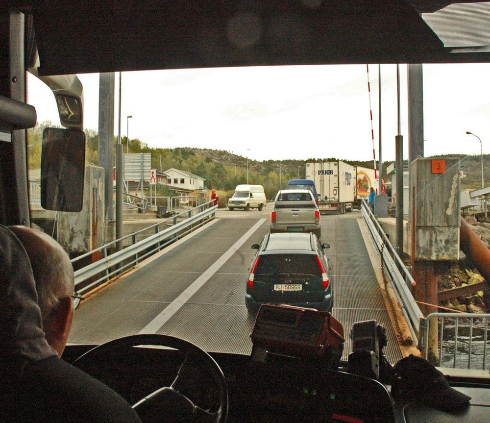 Fergekaibrua på Bognes går bratt oppover ved lavvann. Da kan utenlandske semitrailere og turistbusser skrubbe i overgangen til landkaret. Norske rutebusser skrubber ikke. De har regulerbar høyde.