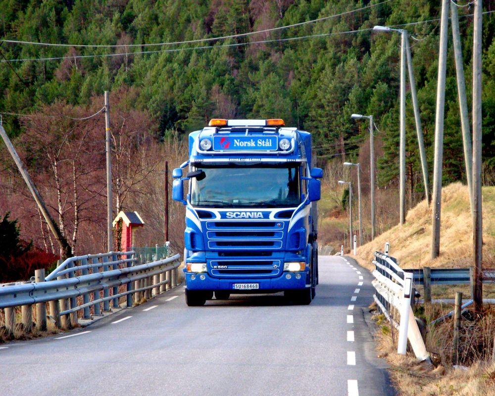 I forbindelse med utbedringen av riksveg 55 skal det anlegges til sammen 1,7 km ny gang/sykkeveg gjennom bygda Kyrkjebø. Behovet er utvilsomt til stede, slik dette bildet viser, men hvem som skal utføre jobben er uavklart etter at en entreprenør benyttet seg av klageretten. (Foto: Lasse Øren)