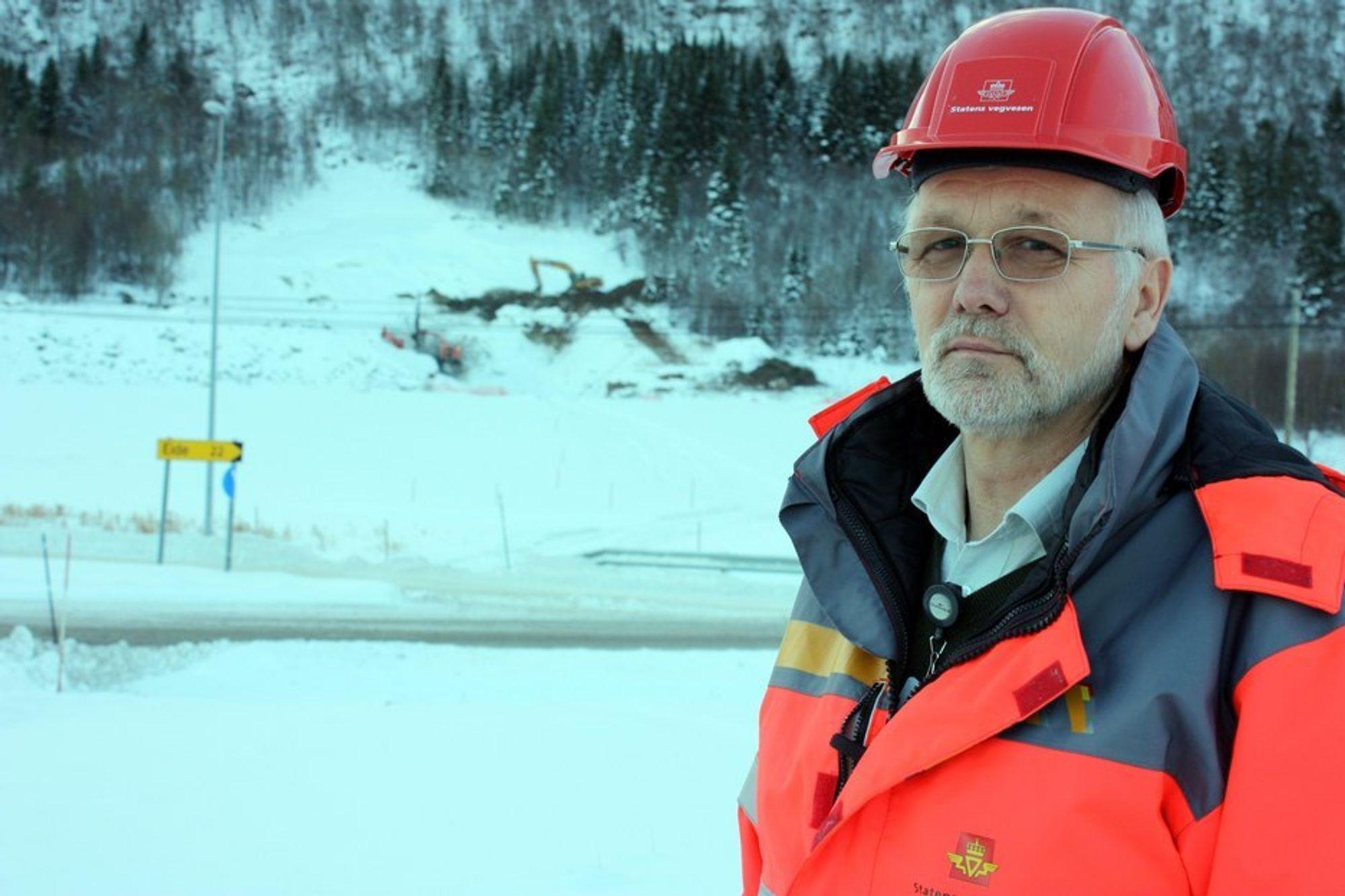 Prosjektleder for Stor-Krifast, Per Bjørn Gjelsten, med kvikkleireområdet i bakgrunnen. Bak kvikkleireområdet arbeides det med innslaget til Høgsettunnelen.