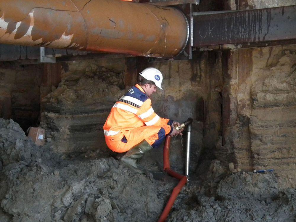 Mannskapet til entreprenøren Mesta setter ned WellPoint i massene under rullebanen. Vannet innenfor spuntveggene må dreneres før de kan grave ut mer masser og starte støpingen av betongtunnelen.