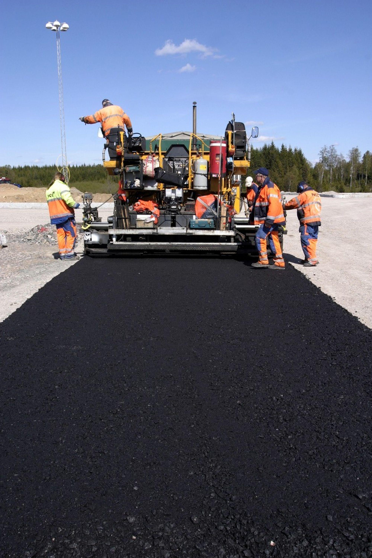 Regjeringen lover mer asfalt til norske veger til neste år.