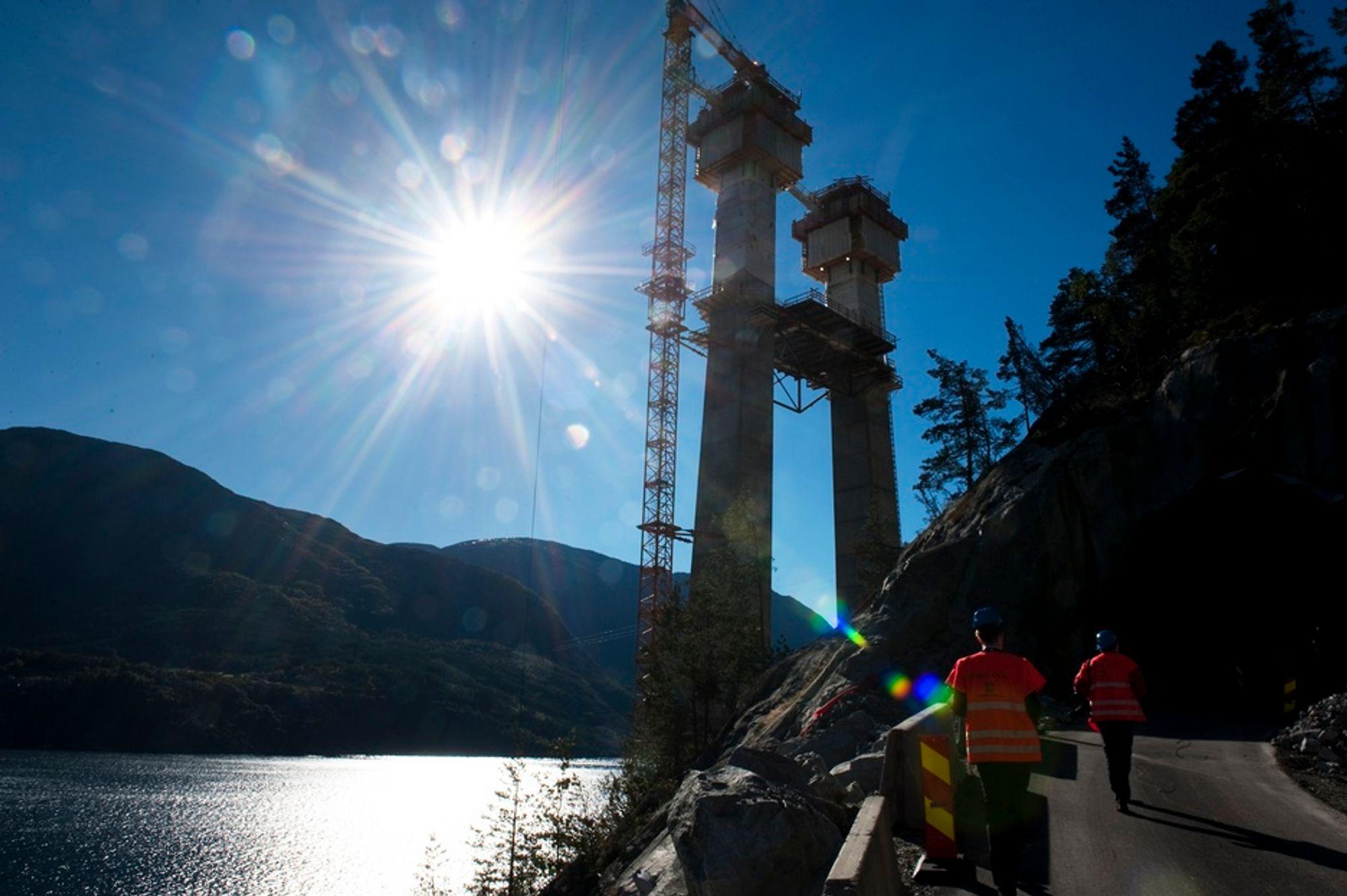 Den nye Hardangerbrua er under bygging. Brutårnene rager nå vel 100 meter over bakken, og skal bli dobbelt så høye.