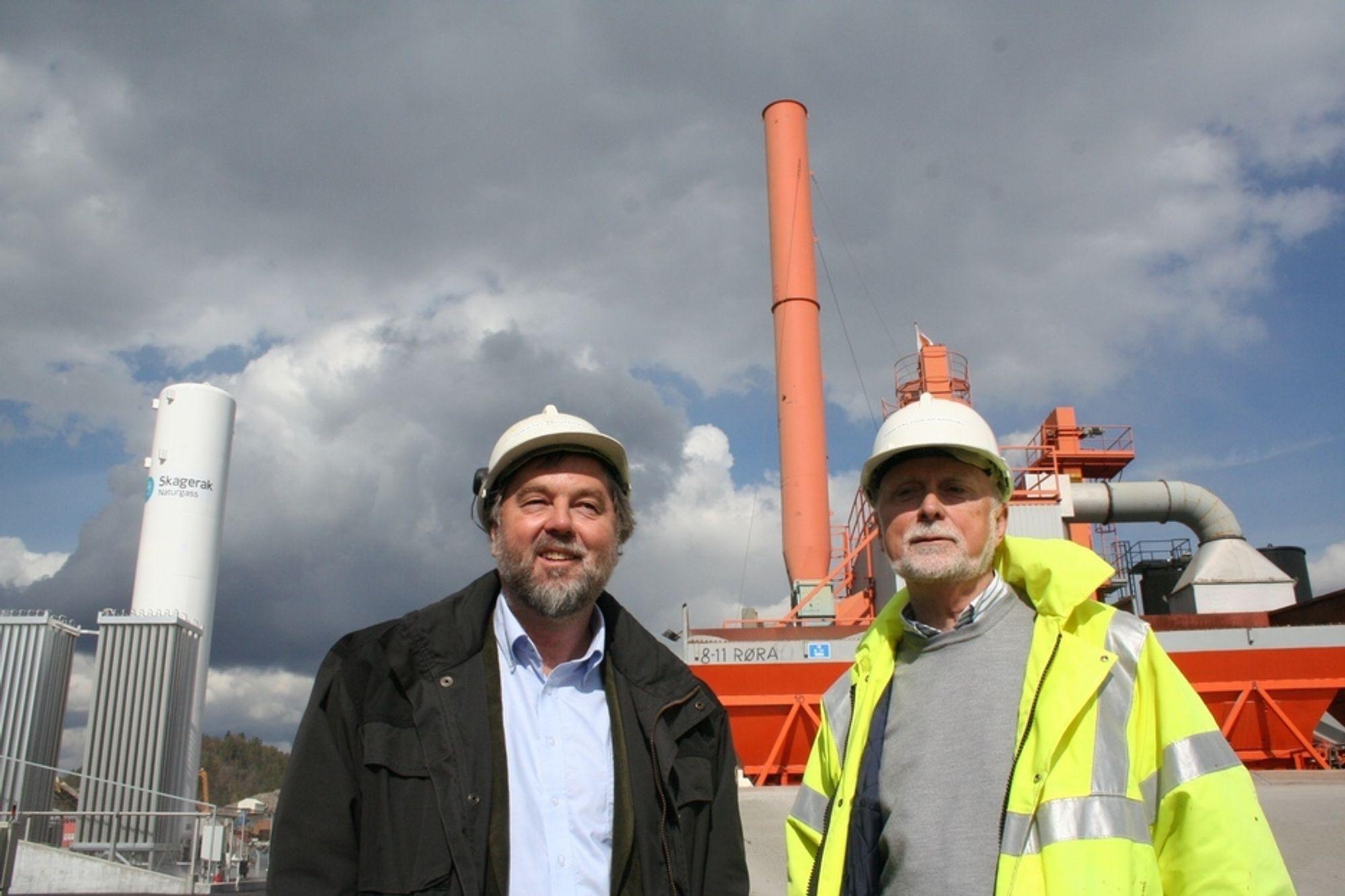 Etter omlegging til naturgass blir utslippende fra Skien-fabrikken til Lemminkäinen vesentlig renere, konstaterer Grant Gundersen, adm.dir i Skagerak Naturgass og regiondirektør Finn Halvor Skaardal i Lemminkäinen.