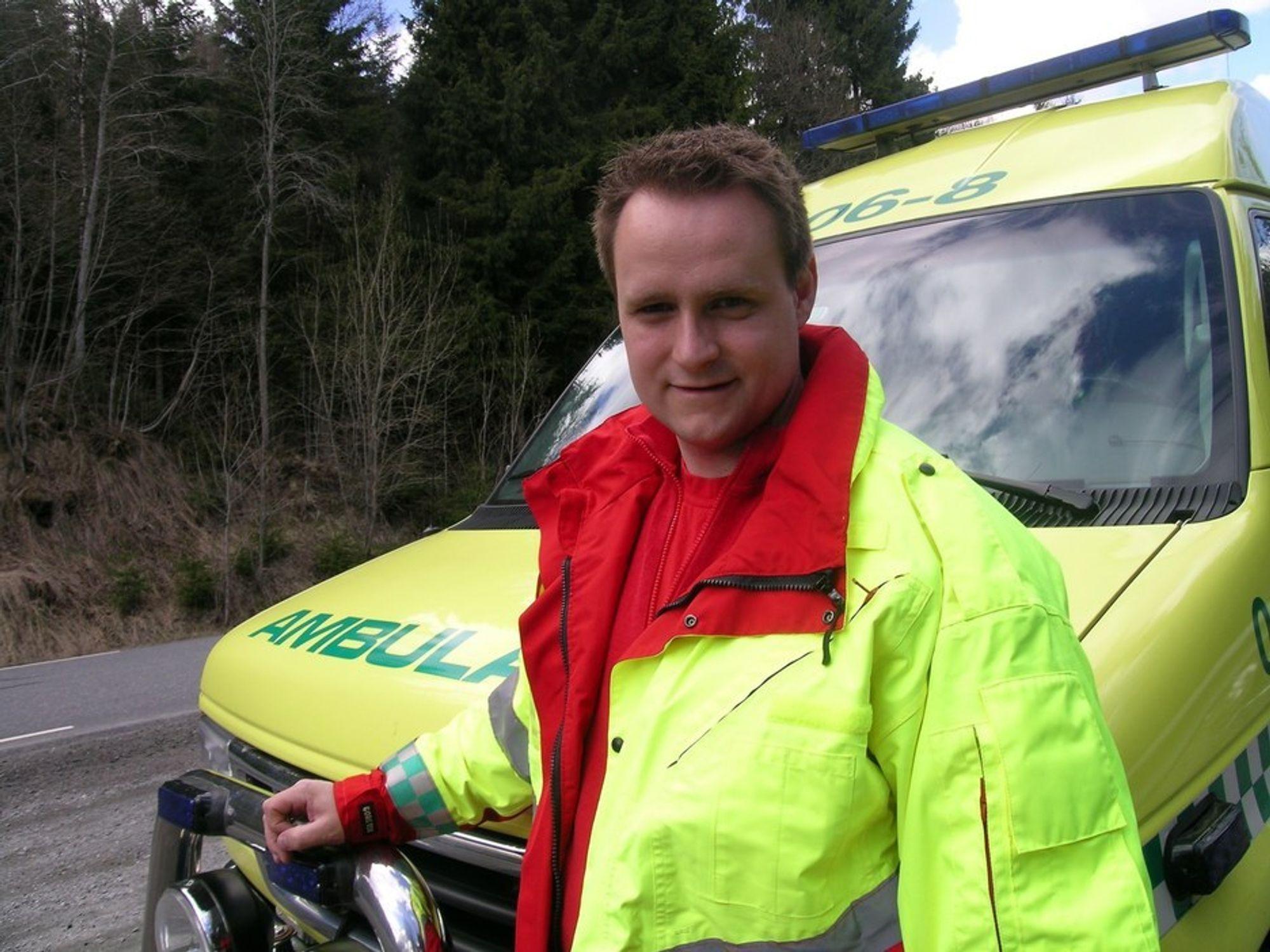 Pasienter har det ille når det kjøres fort på dårlig veg, sier ambulansesjåfør og AMPY-leder Fredrik Westmark.