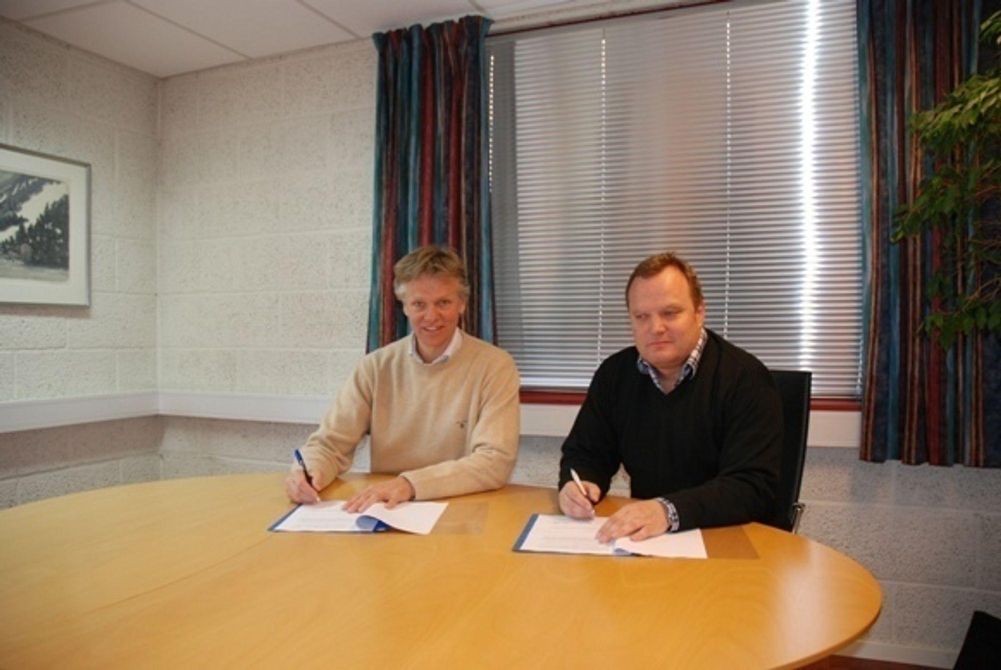 Adm dir Hans Ellingsen i Norsecraft AS (til venstre) og Petter Granaas eier i Geodesie Gruppen AS ved signering av kjøpskontrakten.