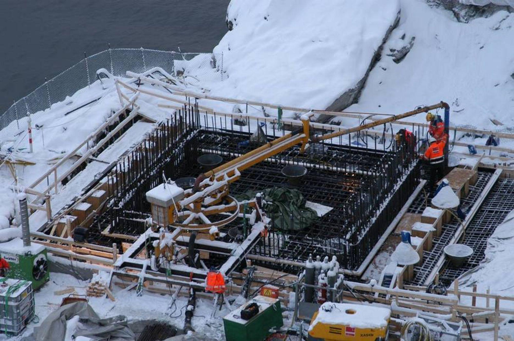 Det tok nærare 40 timar med samanhengande arbeid, då det vestre fundamentet på Hardangerbrua nyleg vart støypt.
