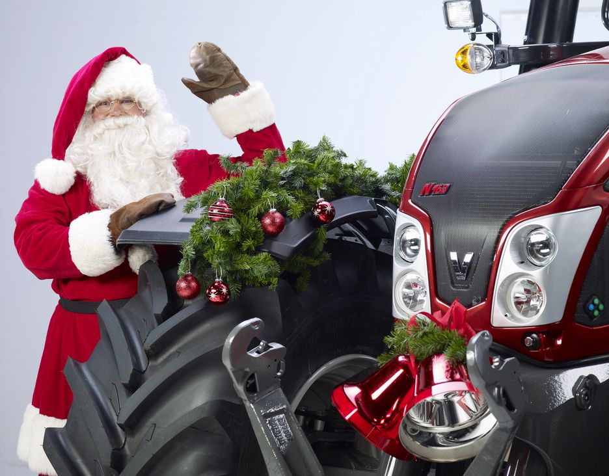 Julenissen kjører Valtra
