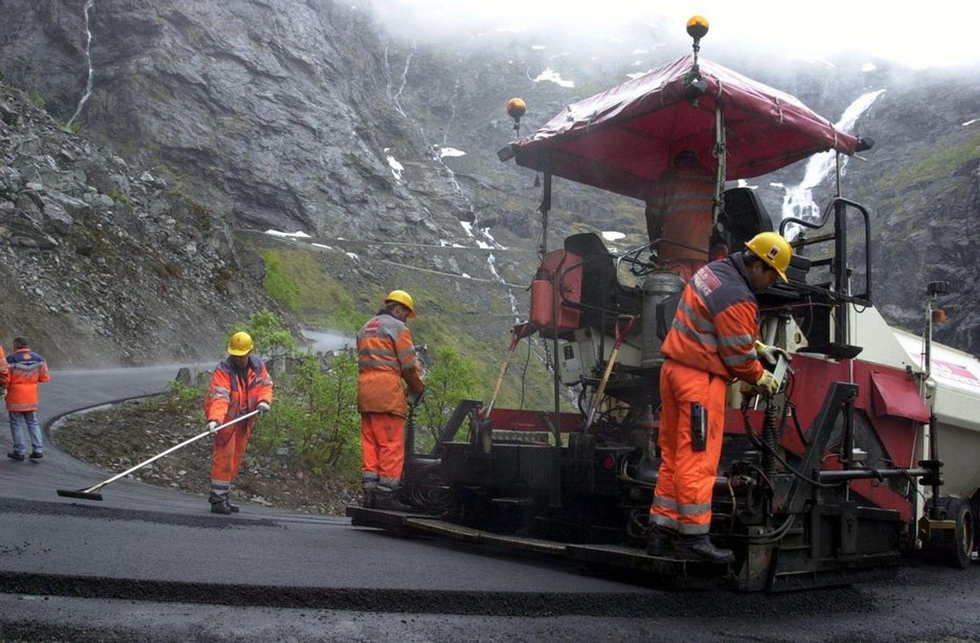 Hverken Trollstigen eller andre fylkesvegstrekninger kan regne med å få ny asfalt i 2012, om fylkesrådmannen får sitt budsjettforslag igjennom.
