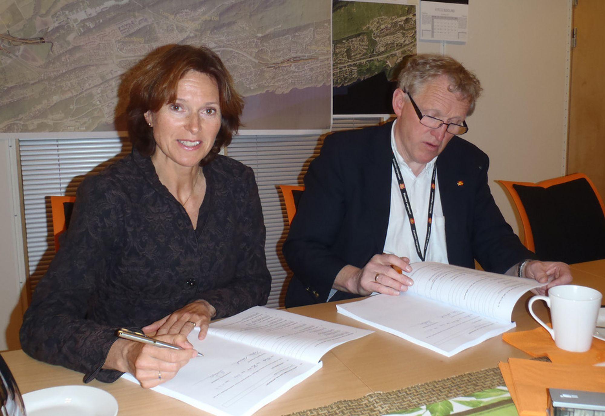 Kontrakt ble signert av Regionvegsjef Torbjørn Naimak fra SVV og kontorleder Bodø Mona Ågnes fra Norconsult.