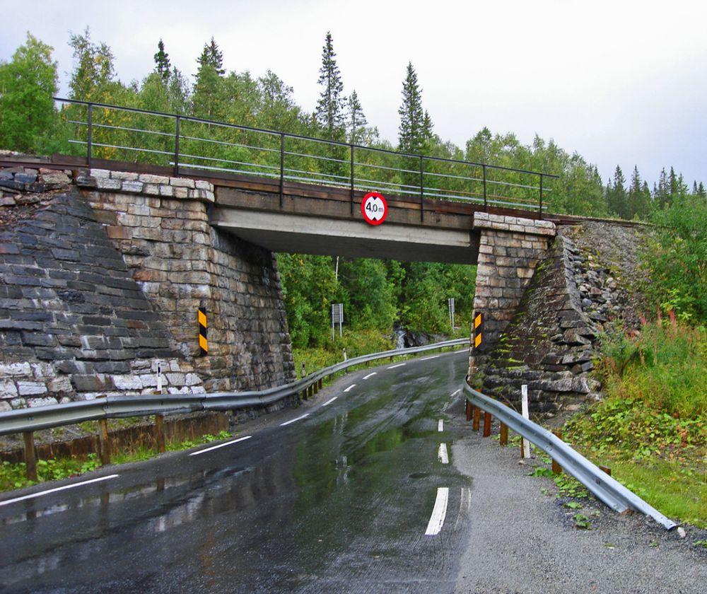 Denne trange undergangen under Nordlandsbanen ved Skogtun i Grane kommune hører ikke hjemme på en europaveg. Som skiltet viser, er den frie høyden 4 meter. Bredden er bare 4,5 meter. Høsten 2010 inngår den ikke lenger i E 6. (Foto: Anne-Lise Sæther, Statens vegvesen)