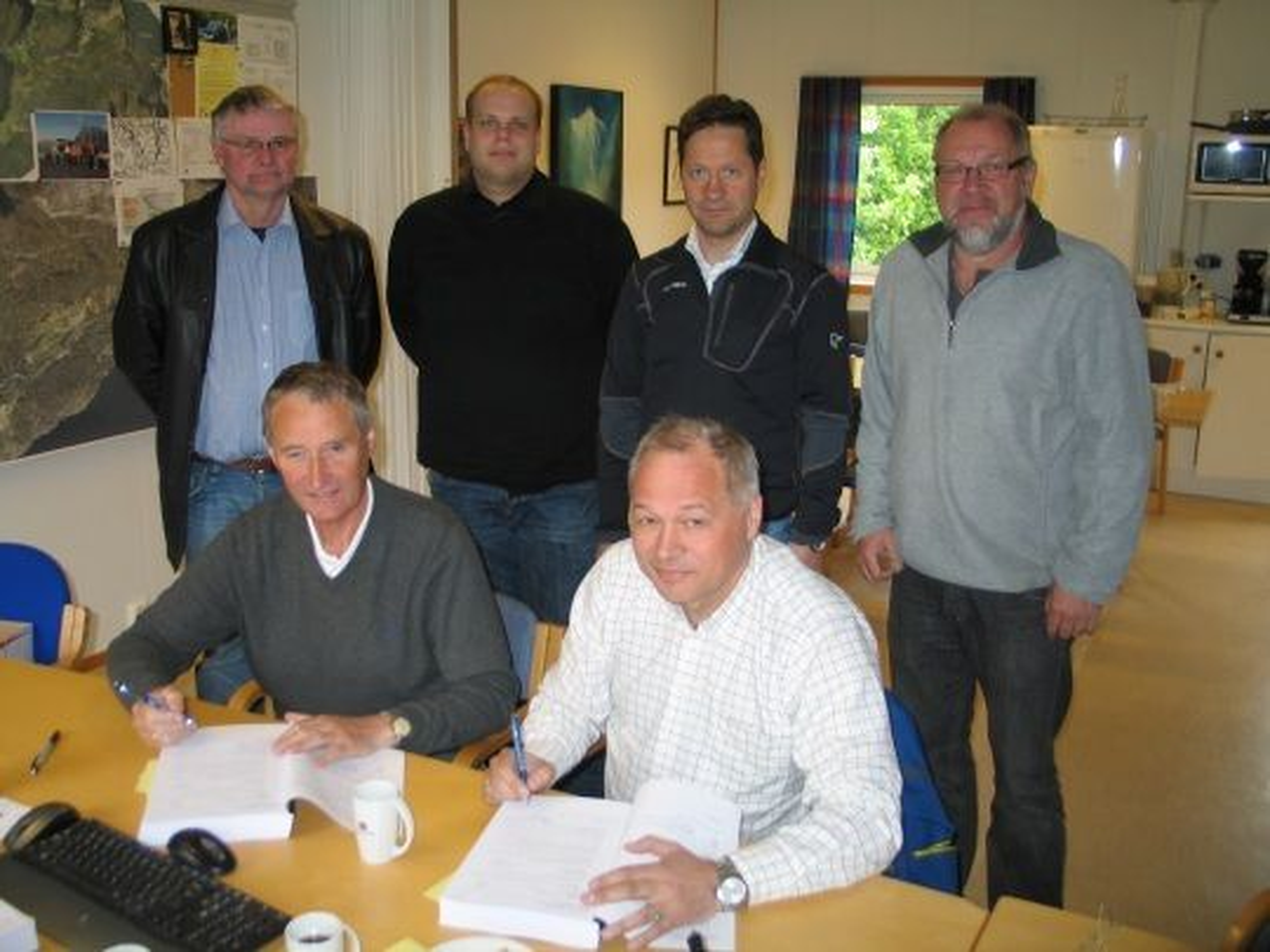e Pedersen (LNS) og byggeleiar Rolf Stormo (Statens vegvesen). Framme frå venstre: Prosjektleiar Oddbjørn Pladsen (Statens vegvesen) og prosjektdirektør Frode Nilsen (LNS).