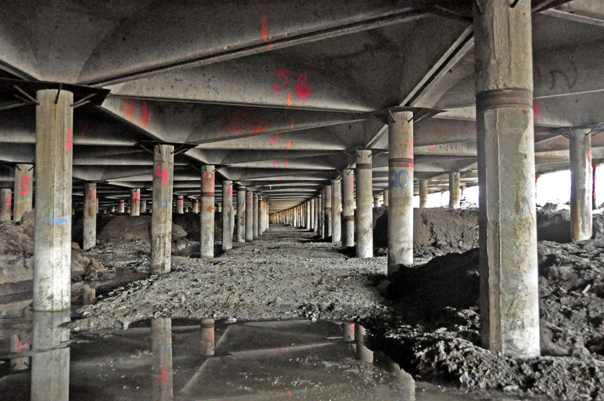 Denne skogen av pæler skal bestå. Det samme skal de trekantete betongelementene mellom dem, men Stubberudmyra bru blir likevel bygd helt om.