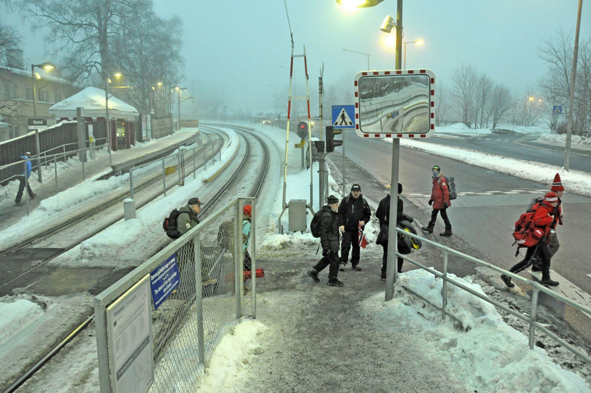 Fra og med juni neste år blir det slutt på gangtrafikk over Holmenkollbanen og Slemdalsveien ved Gaustad stasjon. Fotgjengere og syklister blir ledet under banen og vegen i en lang kulvert.