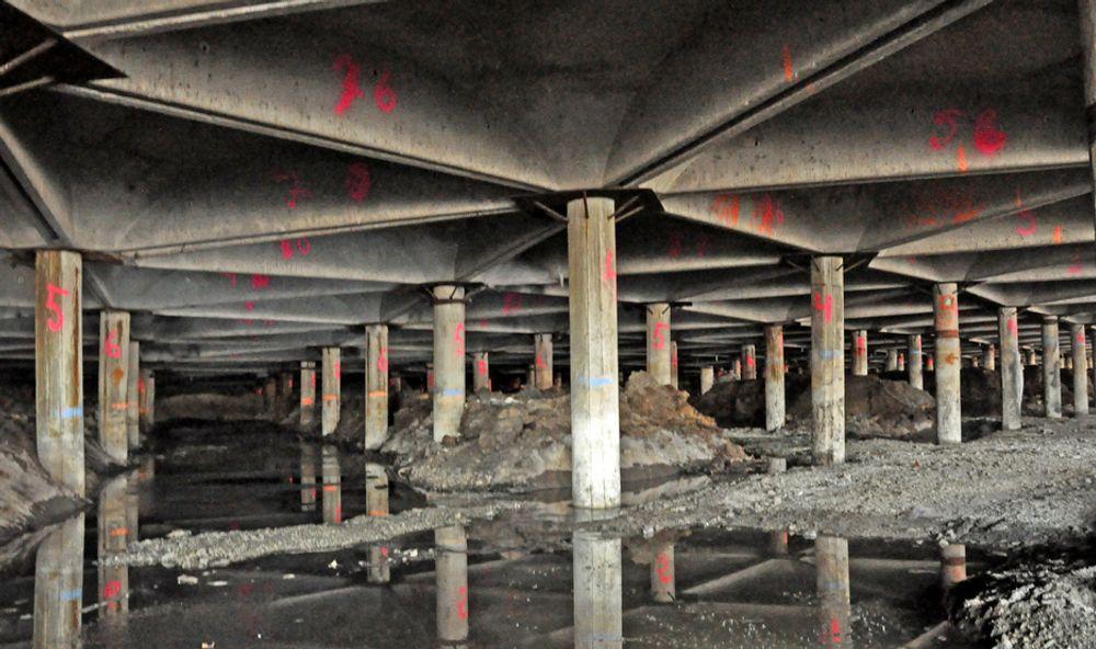 En tett skog av betongpæler bærer overbygningen på Stubberudmyra bru. Ombyggingen av brua blir trolig utført av PEAB eller PA Entreprenør.