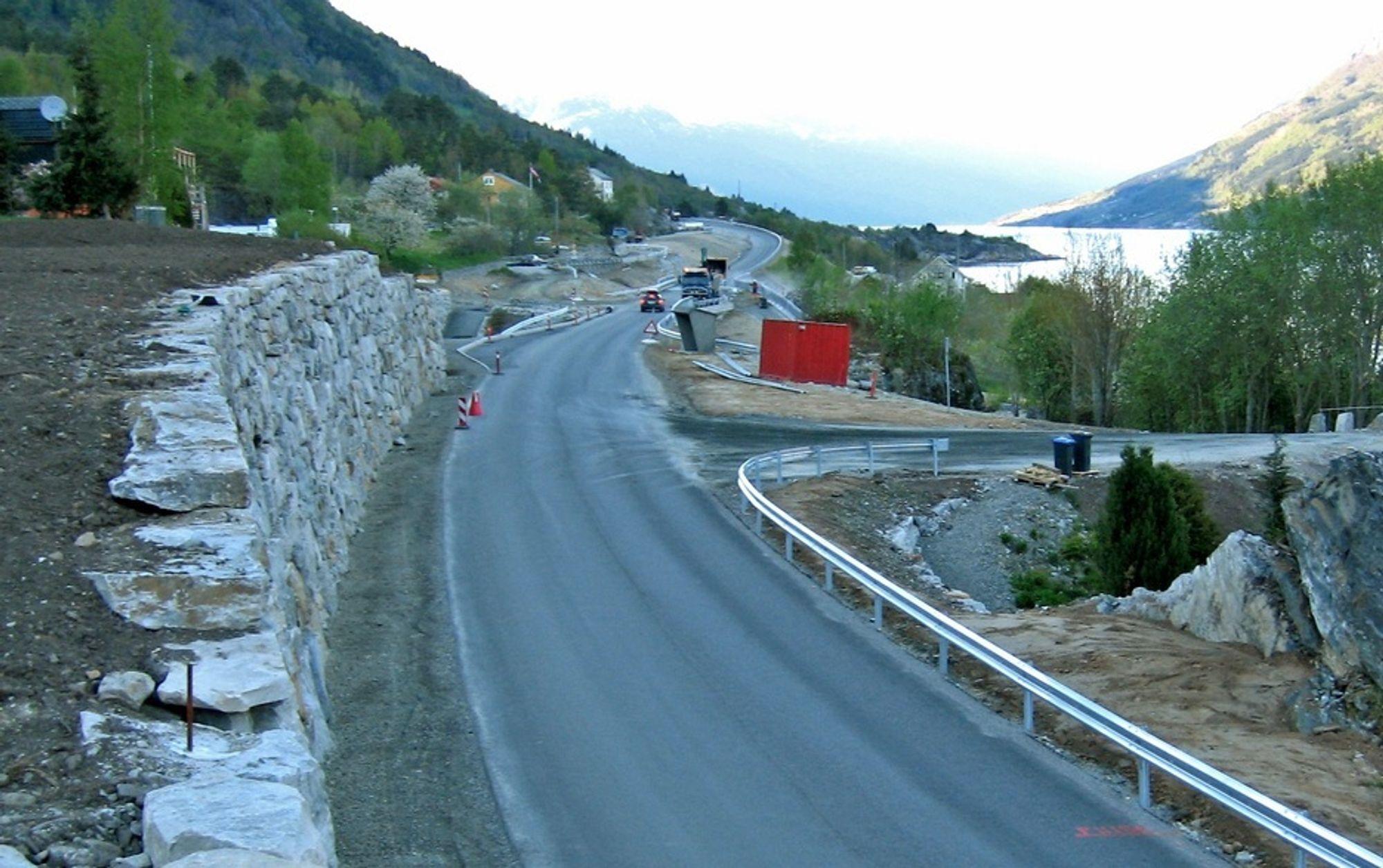 Fylkesveg 550 går langs vestsiden av Sørfjorden. Bildet er fra Aga i Ullensvang kommune. Den som får kontrakt på drift og vedlikehold i Hardanger, får ansvaret for denne vegen.