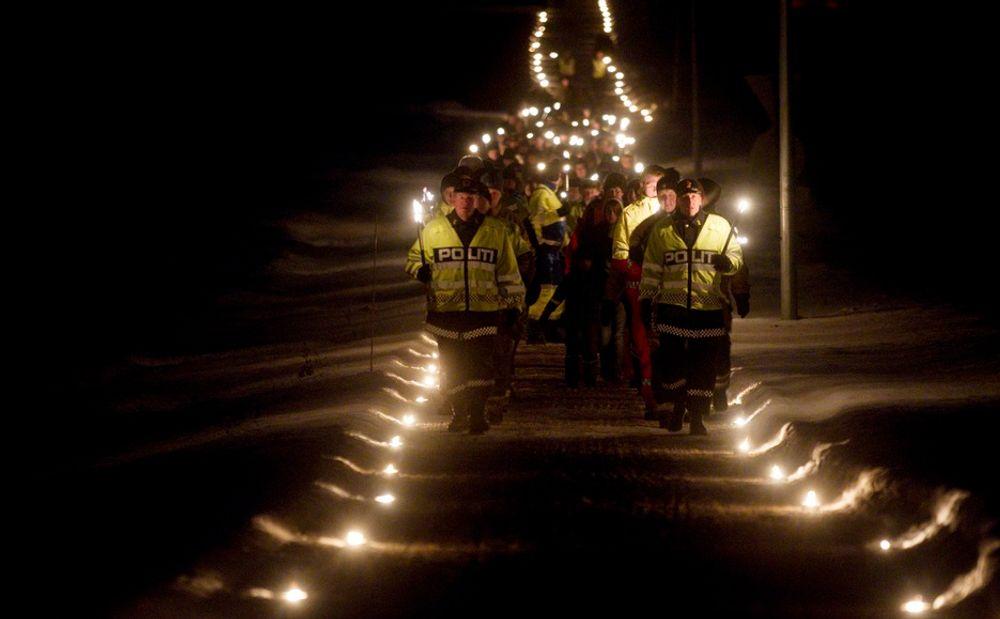 """Det var mange som gikk i fakkeltog i Stokke kommune søndag ettermiddag under minnesmarkeringen for de som har opplevd en trafikkulykke, """"Lys til ettertanke""""."""