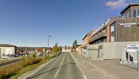 Gjennomgangstrafikken er fjernet fra de fleste norske småbyer, men i Røros går fylkesveg 30 fortsatt gjennom en bygate. De som vil ha ansvaret for å vedlikeholde den, må gi anbud innen 17. januar. (Foto: Google)