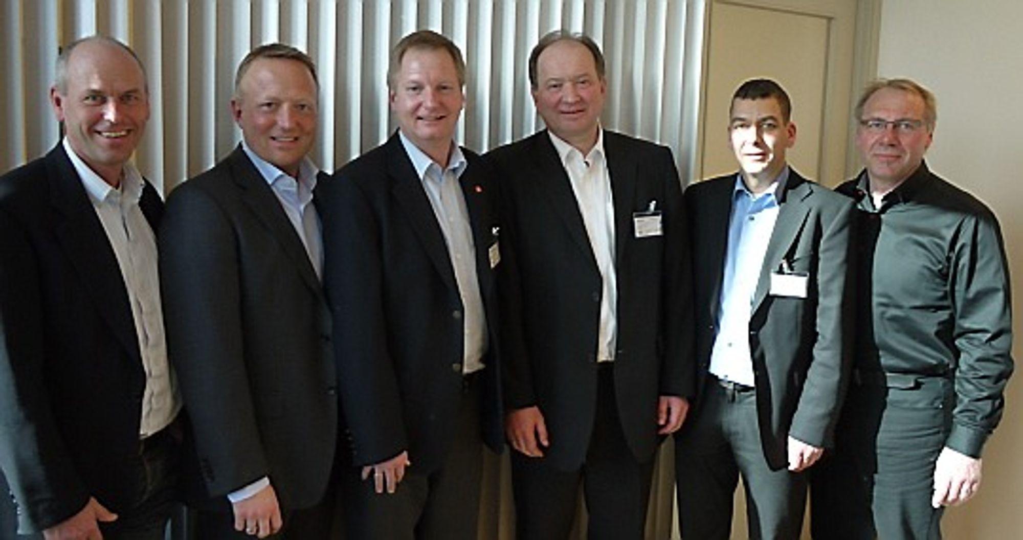 Disse signerte en av norges største anleggskontrakter. Fra venstre:   Nils Hæstad, Veidekke Entreprenør AS  Harald Nikolaisen, utbyggingsdirektør i Jernbaneverket Utbygging Dag Andresen, administrerende direktør i Veidekke Entreprenør AS Thomas Krause, direktør i Hochtief Solutions AG Frank Wagner, Hochtief Solutions AG Taale Stensbye, prosjektleder for Fellesprosjektet E6 - Dovrebanen.