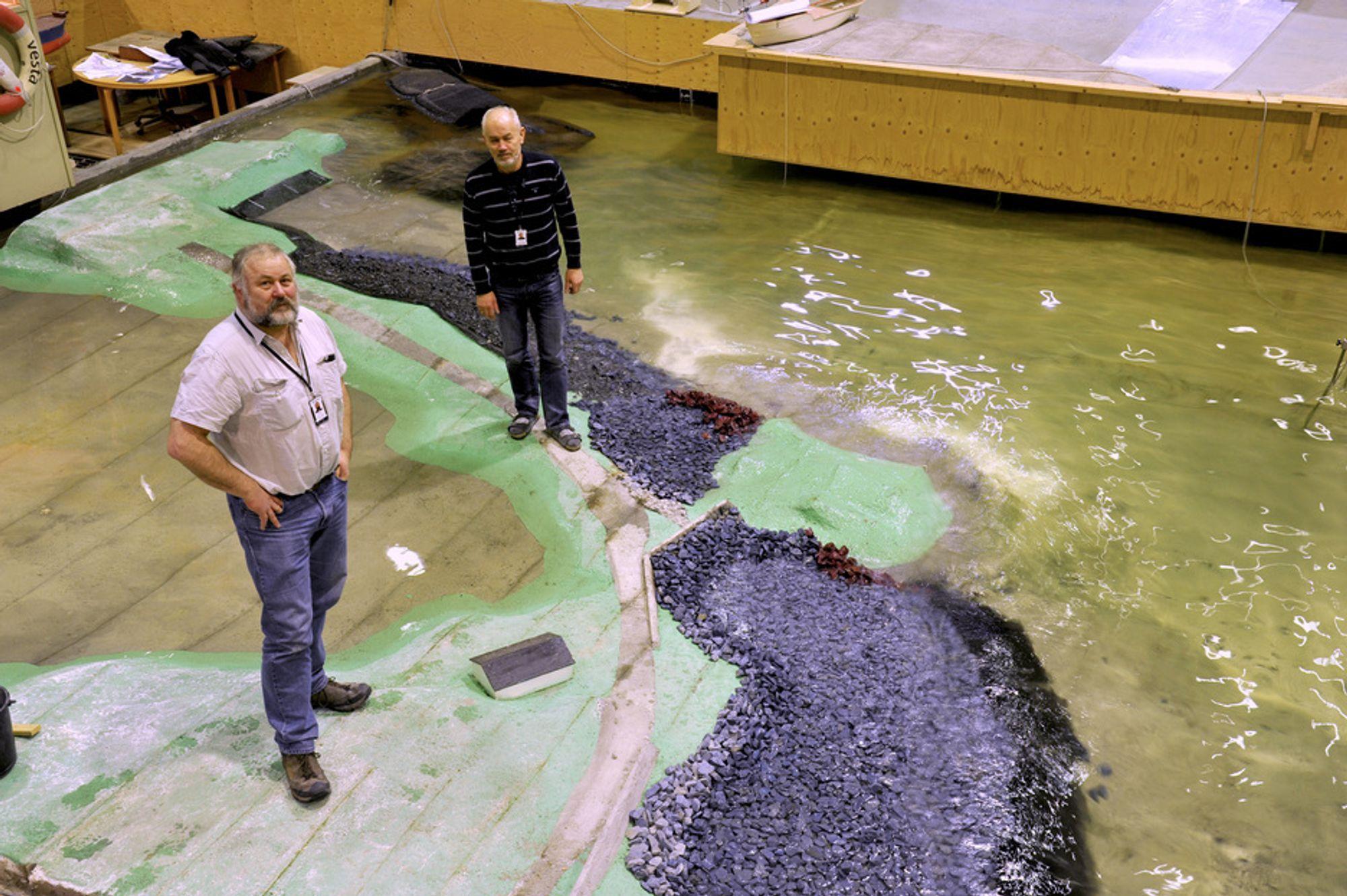 Seniorforsker Arne Erling Lothe og prosjektmedarbeider Svein Vold ved SINTEF, kyst- og havnelaboratoriet i Trondheim, diskuterer løsningen.