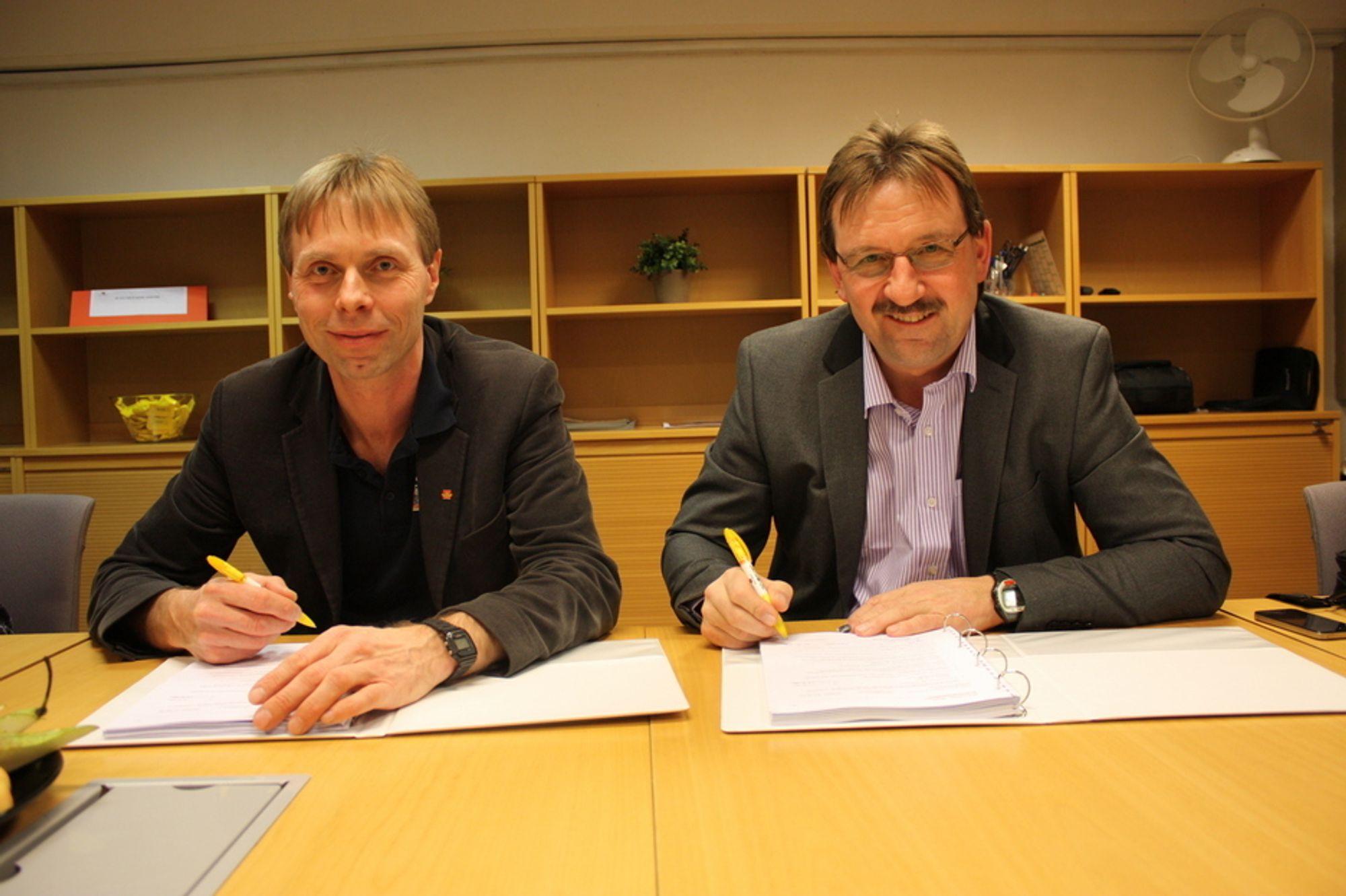 Fra kontraktsigneringen med prosjektleder Harald Inge Johnsen i Statens vegvesen og og Thorbjørn Eng, administrerende direktør for Peabs anleggsvirksomhet i Norge.