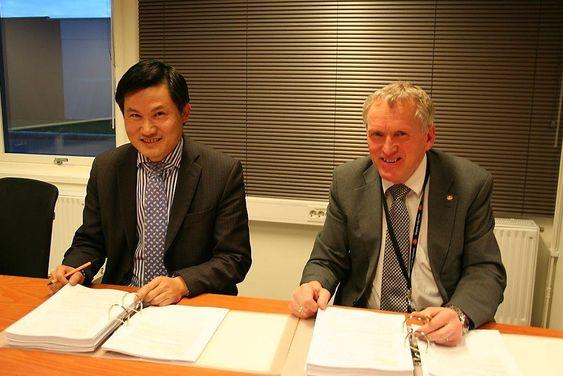 Fv. representant fra SRBG, Saizhong He, og regionvegsjef Torbjørn Naimak. Kontrakten ble signert ved regionvegkontoret i Bodø.   Foto: Statens vegvesen