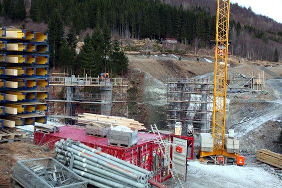 Byggingen av den nye Blakstadbrua på E39 mellom Krifast og Batnfjordsøra er blitt forsinket. Dermed blir det én måned senere åpning av vegen enn opprinnelig beregnet. (Foto: Kjell Herskedal)
