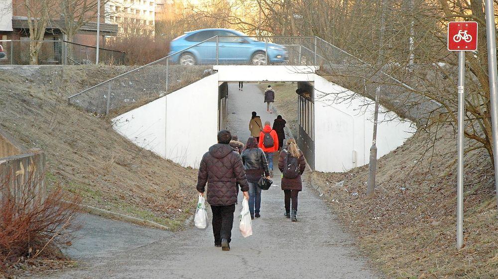 Den som får kontrakten, får mange slags oppgaver. En av dem blir å rive denne undergangen under Ole Brumms vei og erstatte den med en som er 5,5 meter bred. (Foto: Anders Haakonsen)