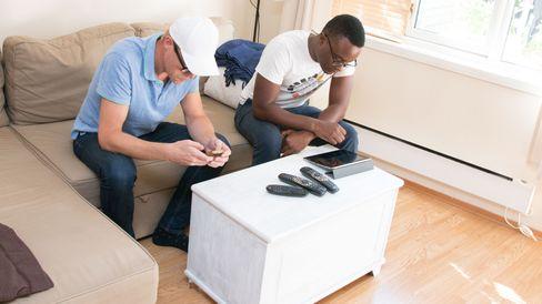 Pettersen Jr og Wynter sitter å prøver ut nye funksjoner i appen.