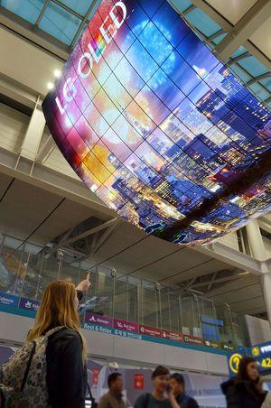 LG sier ingenting om oppløsningen på skjermene, men vi antar at det er <em>minst</em> 290 millioner piksler som henger i taket.
