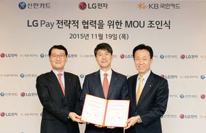 Her offentliggjøres den nye mobilbetalingsløsningen. Fra venstre Shinhan Card-sjef Wi Sung-ho, i midten  LG Mobile-sjef Juno Cho og til høyre Kim Duk-soo, sjef for KB Kookmin Card.