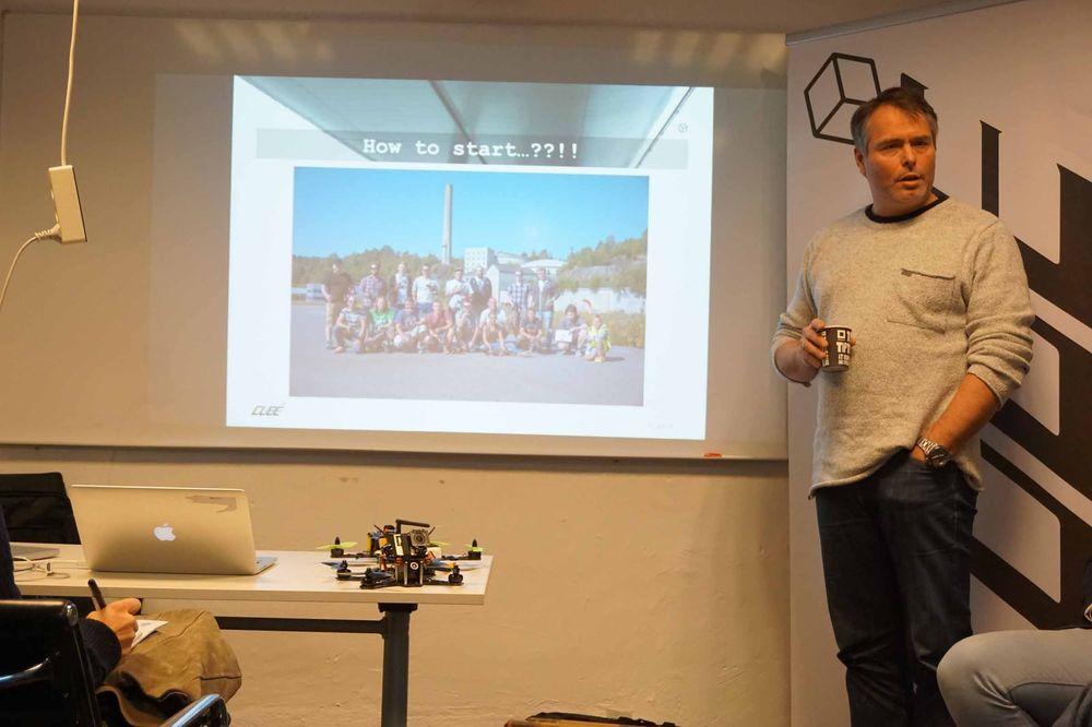 Stig Førrisdal fra norske Cube hadde mye morsomt på lager, og kunne blant annet fortelle om at deres droner er både billigere, lettere og reparere og langt spenstigere enn konkurrentenes modeller.