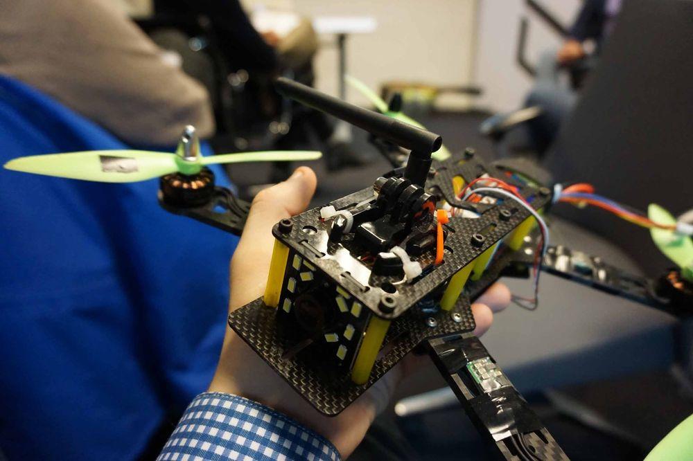 Cube hadde med seg to droner bygget for droneracing – her er én av dem. Bruken av karbonfiber er utbredt, og hele dronen er svært modulært oppbygget. Droneracing er en helt annen måte å bruke droner på enn det for eksempel DJI og Parrot driver med. Her handler det om fart, konkurranse og spenning, heller enn silkemyke videopptak og imponerende oversiktsbilder.