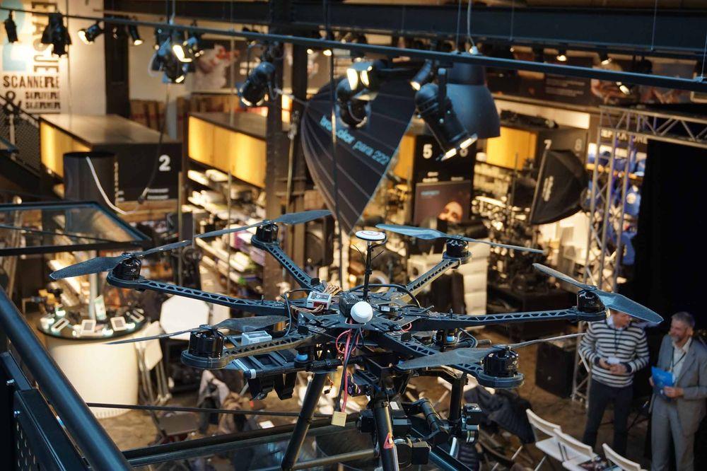 En stor, modulær drone fra DJI var på utstilling.