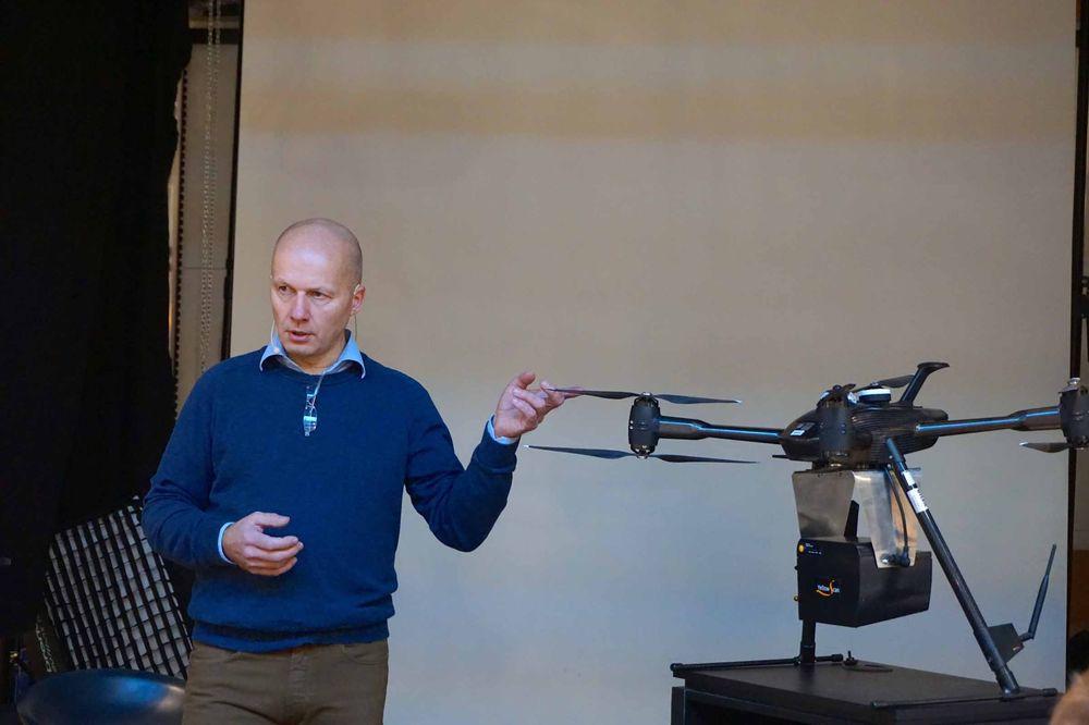 Trond Høglund fra Interfoto forklarer hva som er hovedforskjellene mellom ulike droneklasser. Til høyre sees en spesialbestilt drone av ukjent merke til over én million kroner.