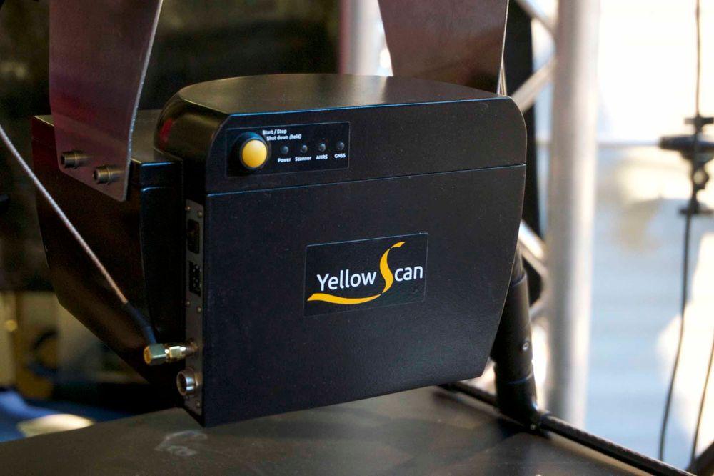Denne boksen er en avansert LIDAR, som enkelt forklart brukes til å kartlegge landskap og deres topografi. Ved å bruke laser kan man måle avstanden til objekter svært presist, og dronen er såpass stabil i lufta at det hele visstnok fungerer knirkefritt.