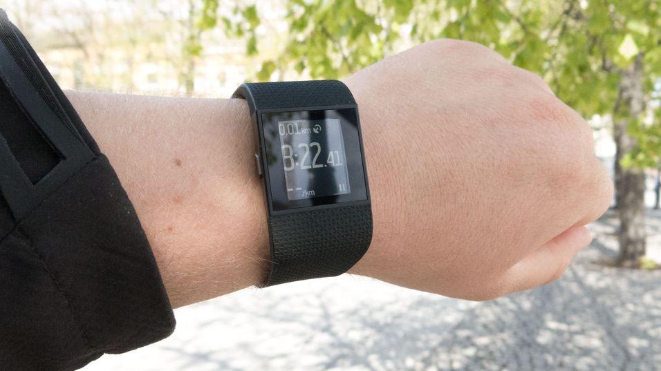 Fitbit Surge, her avbildet, har fått ny, stor oppdatering.