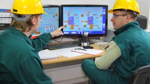 Startet her: Kontrollrommene hadde sin start i industrien, der oversikt og kontroll av prosesser ble samlet på et sted. Foto: Shutterstock.