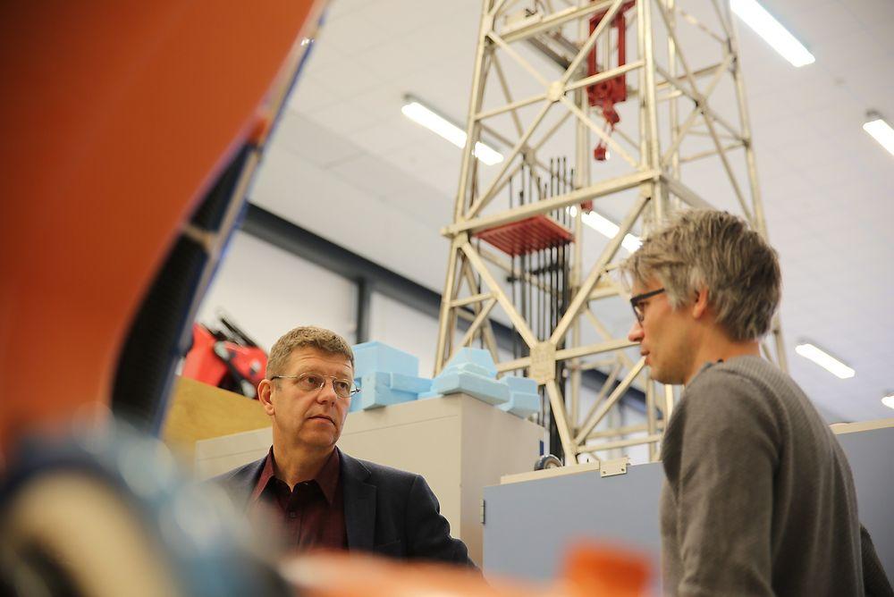 I front: Instituttleder Rein Terje Thorstensen (t.v) ved Institutt for ingeniørvitenskap og postdoktor Knut Berg Kaldestad jobber begge for at Sørlandet skal forbli verdensledende på teknologifronten.
