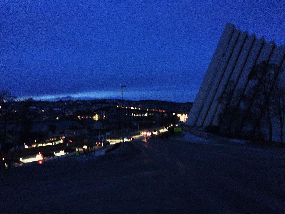 Mørklagt: Her kjører biler forbi Ishavskatedralen i Tromsø etter strømbruddet torsdag.