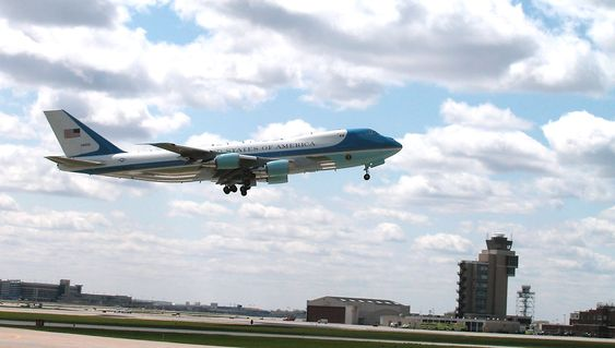 Her er det ene flyet som i dag vanligvis fyller rollen som Air Force One - et Boeing 747-200B/VC-25A, ved Minneapolis-Saint Paul lufthavn.