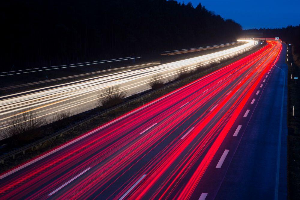 Stenges av: Her er trafikken på autobahn A9 fanget av et kamera med lang lukkertid. Deler av denne motorveien blir nå testområde for førerløse biler.